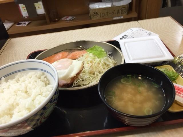 ちょっぴり豪華にガツンと朝飯したい!?そんなあなたには吉野家のハムエッグ焼き魚定食+納豆がオススメ